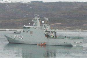 Inspektionsfartøjet P570 Knud Rasmussen ved Grønland. I Nordatlanten er hovedopgaven suverænitetshævdelse, men skibene varetager mange andre opgaver omkring Grønland og Færøerne. Ill. fra bogen.